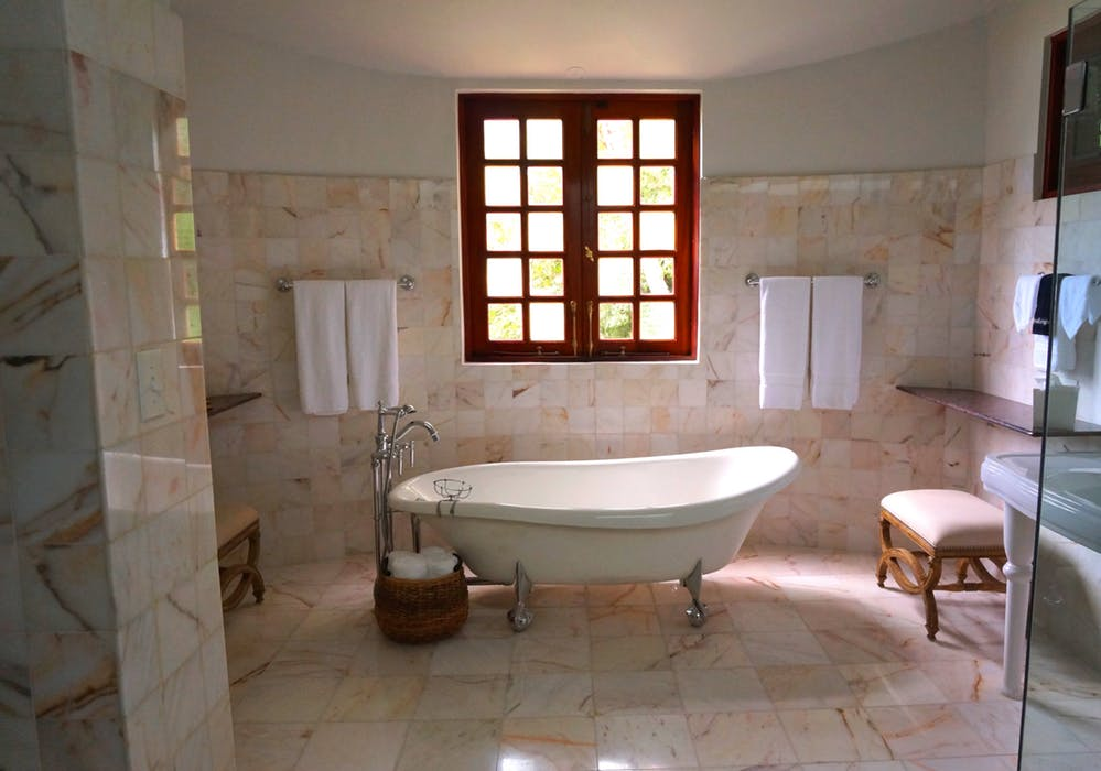 Badrum med marmor